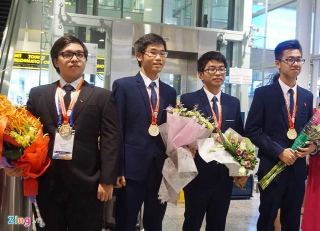 Đức Anh (ngoài cùng bên trái) chụp ảnh cùng 3 thành viên khác trong đoàn Việt Nam dự thi Olympic Hóa học quốc tế lần thứ 49. Ảnh: Nguyễn Sương.