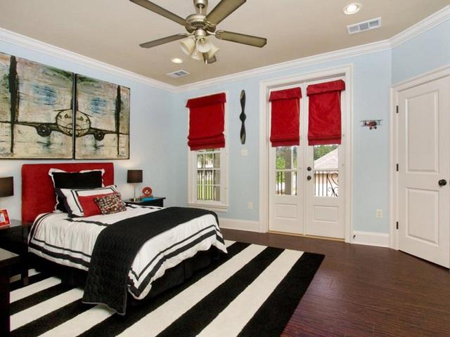 Màu đen và trắng là những tông màu an toàn mà có thể dễ dàng ghép nối với vô số màu sắc khác, nhưng không phủ nhận rằng chúng mang đến một sắc màu đặc biệt vô cùng khi phối cùng màu đỏ. Phòng ngủ này với tấm thảm đơn sắc và các yếu tố màu đỏ tươi sẽ khiến bạn cảm thấy vô cùng sinh động.