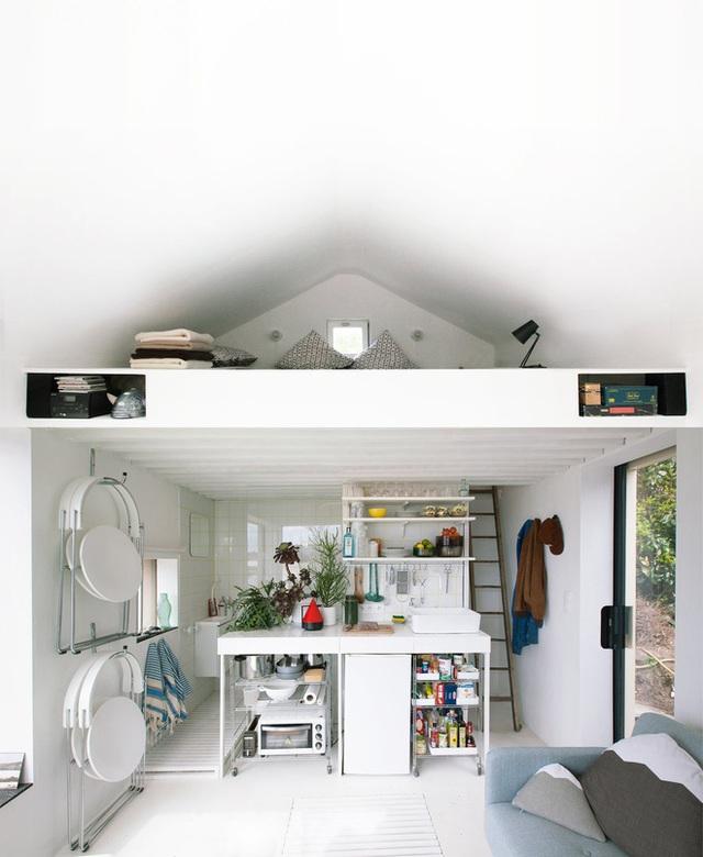 Căn nhà nhỏ nhưng đầy đủ tiện nghi cho cuộc sống hiện đại: một phòng ngủ trên gác lửng, một phòng tắm nhỏ, góc thư giãn và bếp nấu.