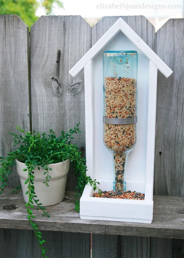 2. Một chai rượu đã hết thì bạn đừng nên bỏ đi mà hãy tận dụng nó để trang trí giống như thế này. Khu vườn nhà bạn sẽ đa sắc màu hơn đấy.