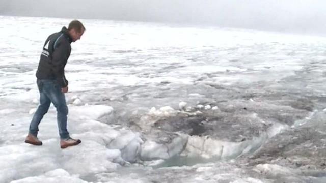 Bernhard Tschannen đứng ở vị trí tìm thấy 2 thi thể mất tích. (Ảnh: bbc)