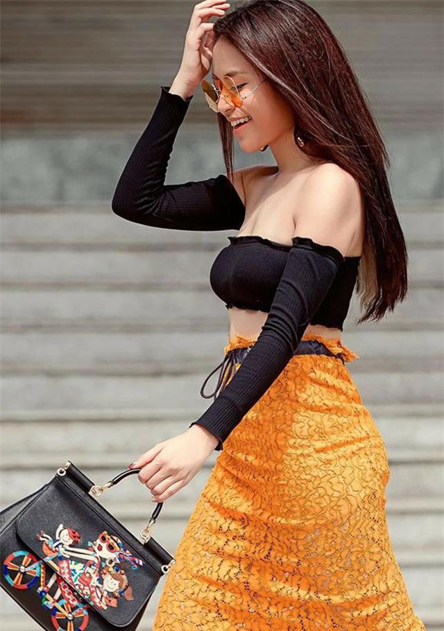 Hoàng Thùy Linh hấp dẫn với chiếc áo trễ vai khoe vai và vòng 1 đầy đặn