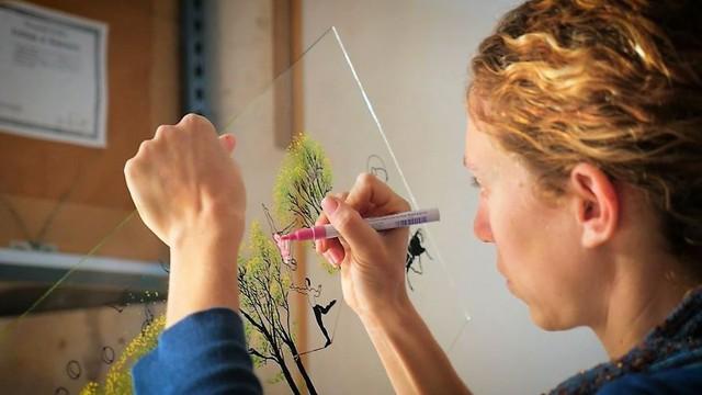 Không giống như những bức tranh kính thông thường, tranh của ông là sự kết hợp độc đáo của nhiều tấm kính được sơn vẽ riêng biệt.
