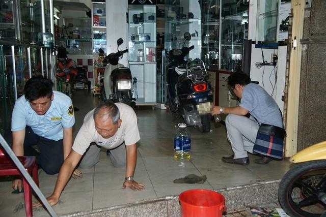 Hàng xóm cho biết sau vụ ném mắm tôm vào 4h sáng và tạt sơn tối 28/7, cửa hàng của anh bị bẩn nhiều hơn quán Phạm Hương. Ảnh: Vũ Doãn Đào.