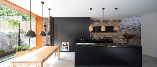 Một nhà bếp màu đen với kiến trúc bóng bẩy đã làm nổi bật độ tương phản giữa các không gian.