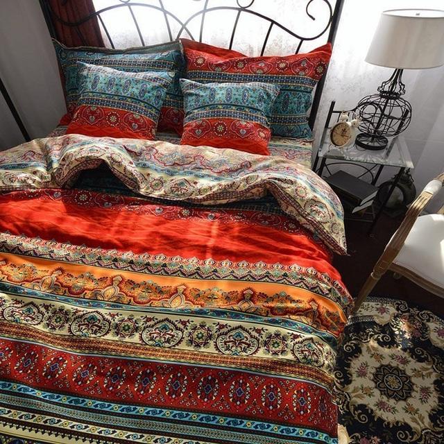 Bộ chăn ga và gối này đồng nhất với nhau theo ba khối màu sắc in là màu đỏ, cam và xanh dương.