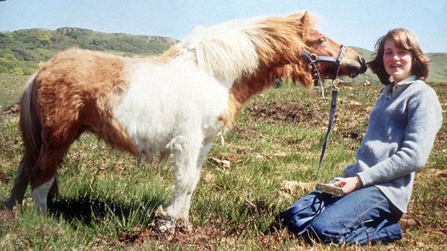 Công nương khi mới 13 tuổi bên cạnh người bạn thân thiết là chú ngựa Souffle.