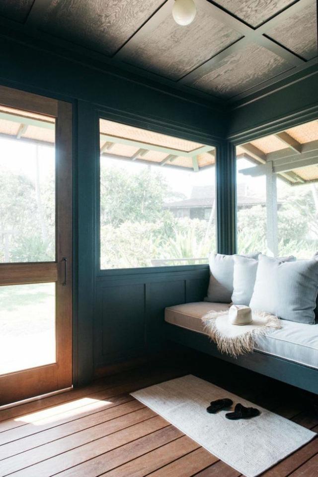Cặp vợ chồng trẻ quyết định sơn lại không gian ngoạt thất với màu xanh đậm, gam màu có thể mang đến nét bình yên, hài hòa với thiên nhiên xung quanh.