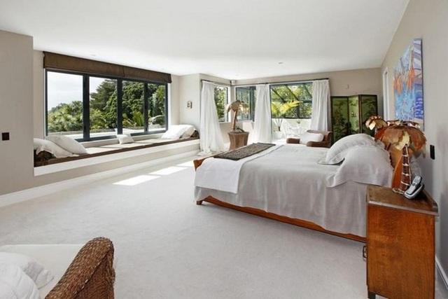 Một phòng ngủ lớn có thể nhanh chóng trở nên nhỏ hơn nếu bạn bít nó bằng một bức tường lớn. Thêm ghế bên cửa sổ vào phòng sẽ đảm bảo rằng phòng ngủ vẫn ấm cúng và thoải mái.