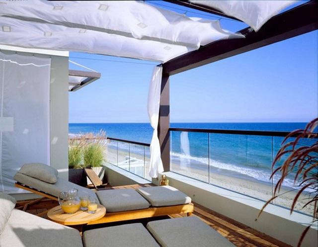 2. Có lẽ một trong những nét độc đáo khiến ngôi nhà ở Mailibu, California (Mỹ) luôn nằm trong top những ngôi nhà ven biển đẹp nhất thế giới chính là ban công với tầm nhìn rộng mở cho phép chủ nhà thu vào tầm mắt cả đại dương mênh mông.