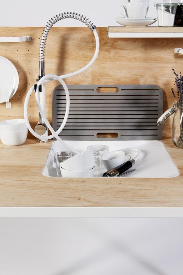 Bồn rửa bát thông minh với vòi nước có thể kéo dài tùy ý, thiết kế với vật liệu trắng tạo điểm nhấn hiện đại, đẹp mắt.