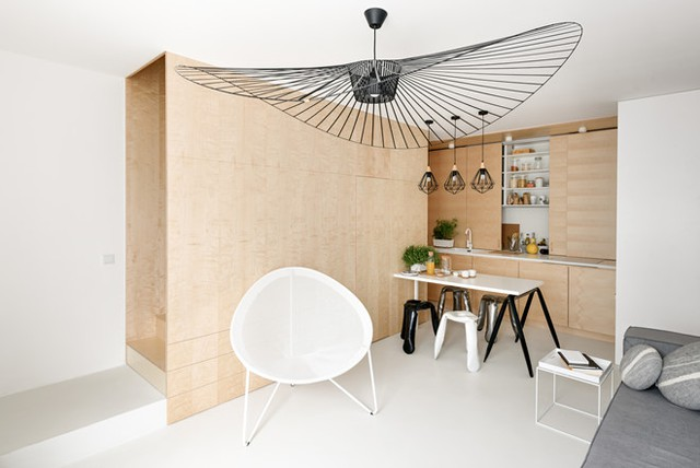 Tủ bếp được thiết kế với cửa trượt ngang giúp tiết kiệm diện tích.