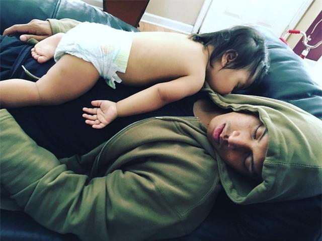 Lý do nhiều khi là bởi bố mẹ không may ngủ quên vì quá mệt hay quá buồn ngủ.