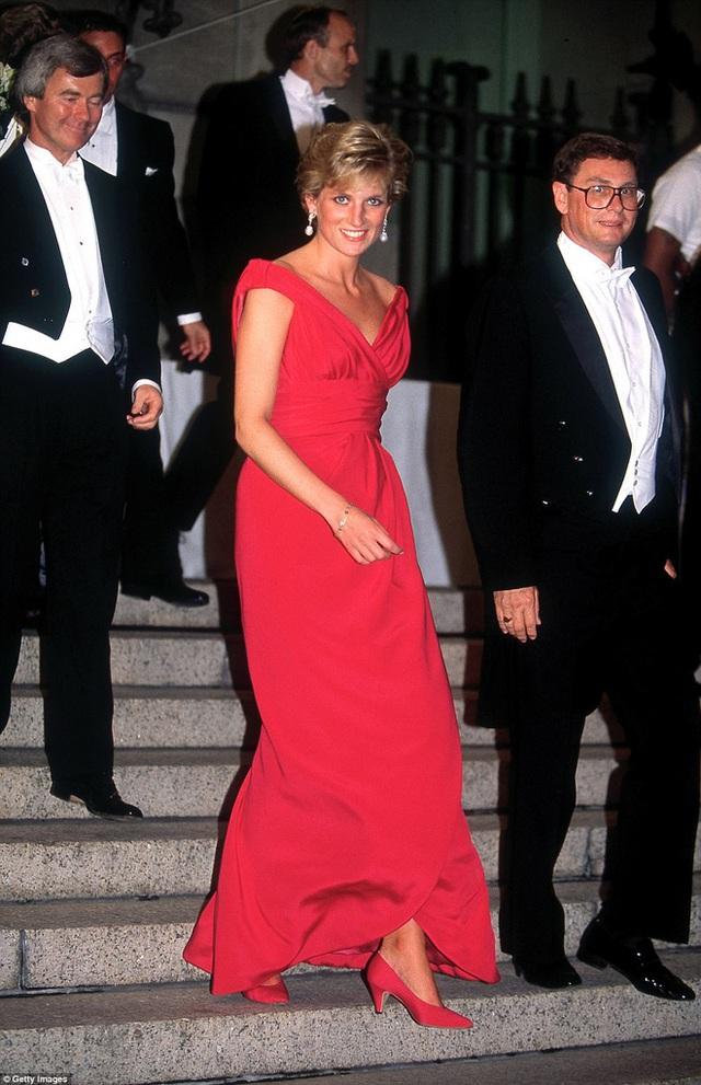 Bông hồng nước Anh xuất hiện trong một bữa tiệc tối ở Washington DC năm 1990, 2 năm trước khi ly hôn với Thái tử Charles.