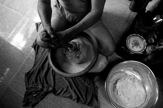 Để mưu sinh, ông Quang làm bánh bông lan để bán ở vỉa hè Sài Gòn.