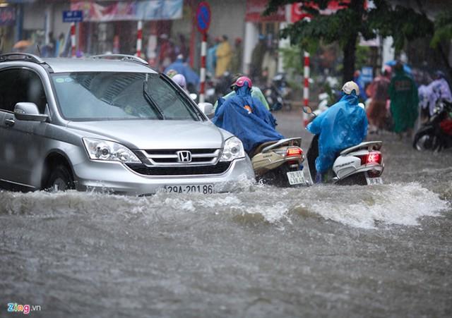 Đường Khâm Thiên, nước ngập khá sâu trong cơn mưa đầu tháng 8. Ảnh: Việt Hùng.