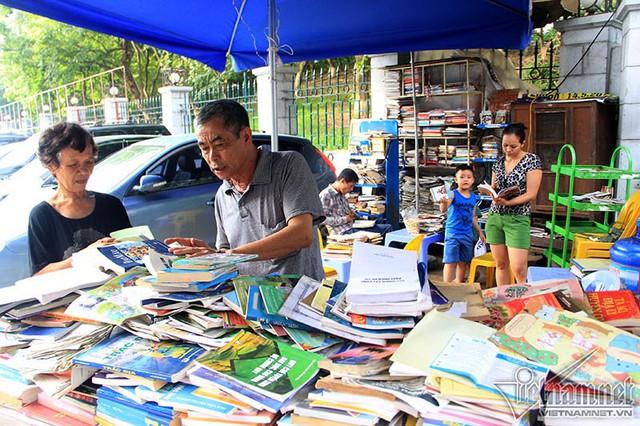 Từ sáng tinh mơ đến tối muộn, người dân ở phố Đặng Tiến Đông đã quen thuộc với hình ảnh của cụ bà dựng ô và tỉ mẩn sắp xếp những cuốn sách ngăn nắp trên kệ