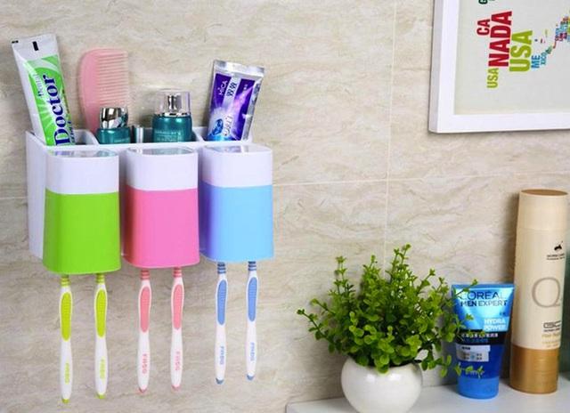 2. Bộ sản phẩm đựng kem và bàn chải đánh răng chia ngăn dành riêng cho các thành viên trong gia đình bằng các màu sắc khác nhau thật khiến người khó tính nhất cũng dễ xiêu lòng chi tiền để sở hữu. Sản phẩm có giá 16$, khoảng 350 nghìn đồng.