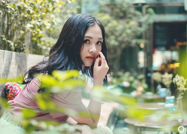 Trong bộ ảnh này, Hà Anh hóa thân thành nàng thơ lãng mạn với những mộng mơ của thời thiếu nữ.