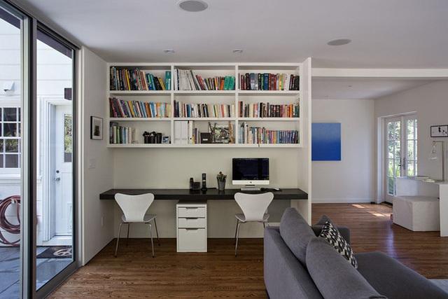 2. Một không gian làm việc giản dị dành cho 2 vợ chồng với phong cách hiện đại sử dụng đen – trắng làm tông màu chủ đạo và không thể nào thiếu một không gian lưu trữ sách khá đồ sộ.