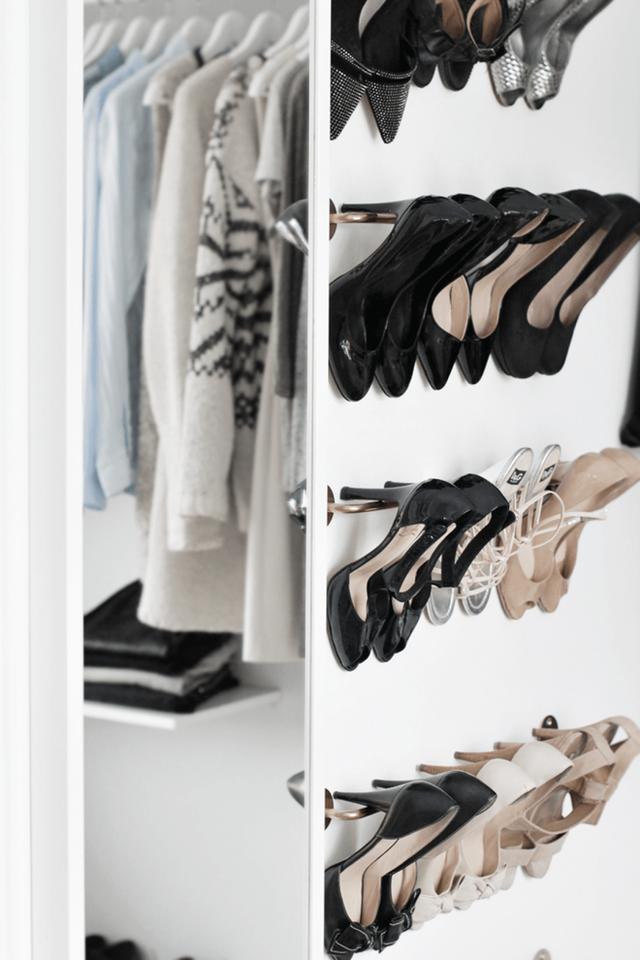 2. Những cô nàng hay diện giầy cao gót hãy tận dụng ngay lợi thế của những chiếc gót giầy bằng cách lưu trữ này nhé. Không chỉ tiết kiệm không gian mà còn tiết kiệm cả chi phí đóng tủ giầy.