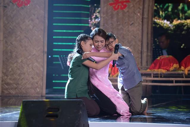 Hai giọng ca nhí và diễn viên Sam khóc nức nở trên sân khấu.