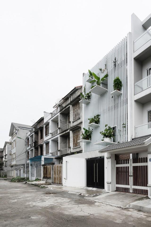 Nổi bật giữa những căn nhà hoàn thiện sau xây thô xung quanh.