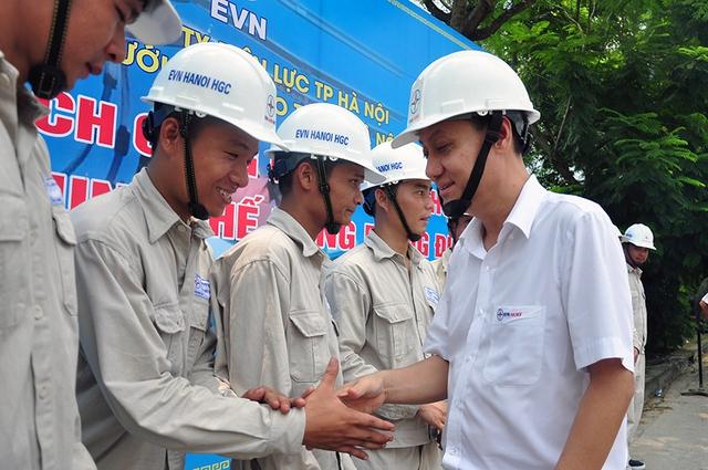 Ông Nguyễn Anh Dũng - Phó Tổng Giám đốc EVN HANOI động viên và chúc mừng anh em công nhân Đội sửa chữa điện nóng