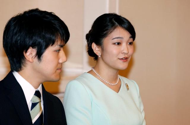 Theo quy định của hoàng gia Nhật Bản, các thành viên nữ phải từ bỏ tước vị hoàng gia nếu kết hôn với thường dân. Tại cuộc họp báo hôm 3/9, Công chúa Mako chia sẻ cô ấn tượng với người chồng tương lai của mình bởi nụ cười rạng rỡ và trái tim vĩ đại. Ảnh: Reuters.