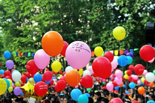 Những lời hứa, những quyết tâm cho một năm học mới được các em học sinh gửi gắm qua những chùm bóng. Hy vọng những ước mơ ấy sẽ được bay cao, bay xa trong năm học mới 2017 - 2018.