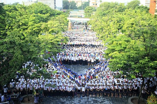 Học sinh trường Lương Thế Vinh xếp hình biểu tượng của nhà trường trong lễ khai giảng.