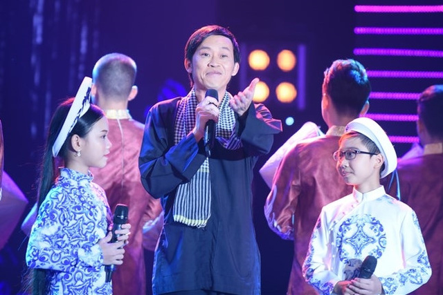 NSƯT Hoài Linh hỗ trợ cho hai giọng ca nhí trong tiết mục song ca ý nghĩa.