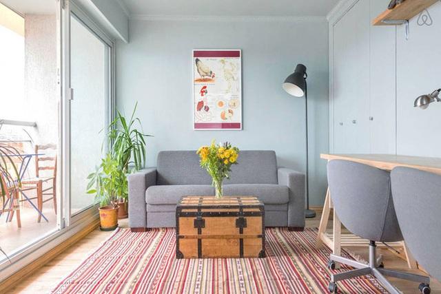 Không gian phòng khách được bố trí cạnh ban công, chỉ cần bước qua cửa kính là đủ để bước ra khoảng thư giãn đẹp mắt và thoáng mát.