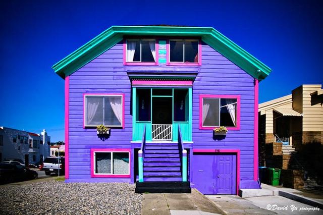 2. Ngôi nhà được sơn nhiều màu nhưng vẫn quy củ và khoa học. Màu xanh dương cho mái, màu hồng cho khung và màu tím cho nền tường.