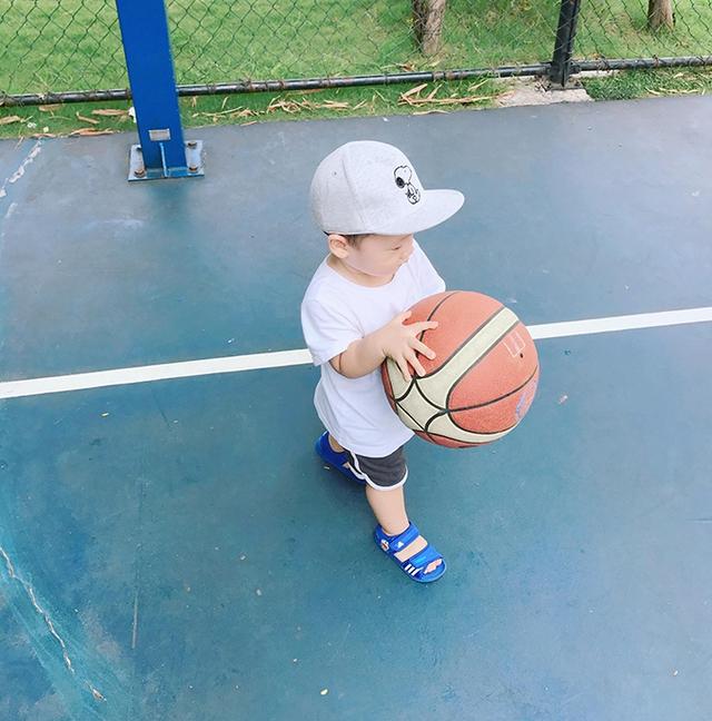 Hình ảnh đáng yêu của con trai Khánh Ly nhận được hàng chục nghìn lượt like cùng hàng trăm bình luận từ phía bạn bè và những người yêu mến cô.