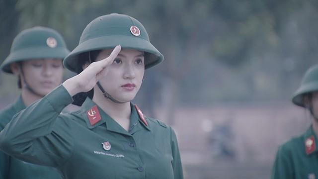 Hương Giang gây chú ý ở tập một sau khi được bầu làm tiểu đội trưởng.