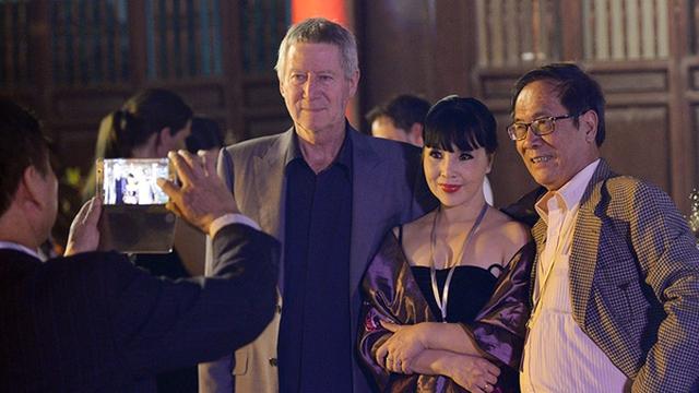 Vợ chồng NSND Lan Hương - Tất Bình chụp ảnh kỷ niệm bên một vị khách nước ngoài tại Liên hoan phim Quốc tế Hà Nội.