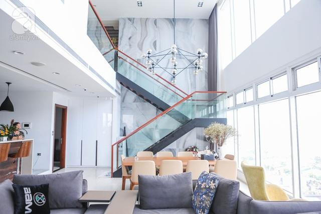 Cầu thang nối từ lầu 1 lên lầu 2 là vách kính trong suốt để đảm bảo không gian phòng khách thật thông thoáng.