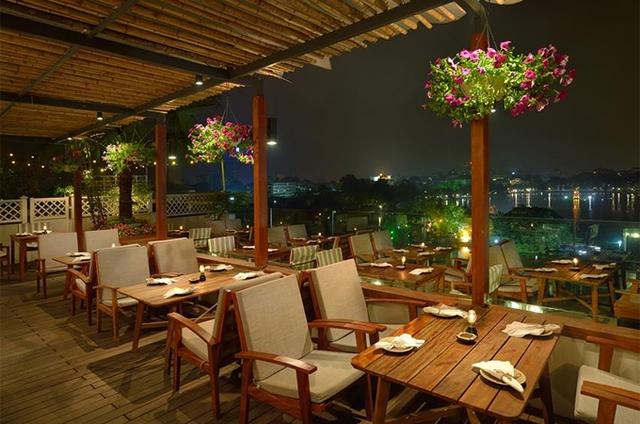 Món ăn và không gian tại nhà hàng Cầu Gỗ.