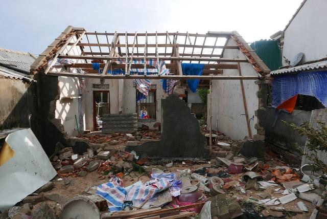 Hàng loạt ngôi nhà phía mặt biển bị gió bão và sóng biển đánh tơi tả. Trong ảnh là ngôi nhà ở băng 2 bị gió thổi bay hết ngói, tường nhà vỡ, trong khi ngôi nhà phía trước đã vỡ vụn.
