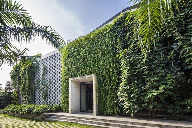 Cây xanh được tận dụng một cách khéo léo để tô điểm cho tòa nhà