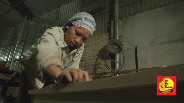Chị Khang đang đánh giấy ráp ở xưởng mộc