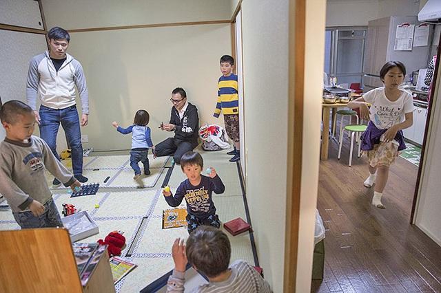 Những đứa trẻ là con của bố, mẹ đơn thân vui chơi ở Nishinari Kodomo Shokudo. Chúng được tặng một xuất ăn miễn phí mỗi tuần tại đây.