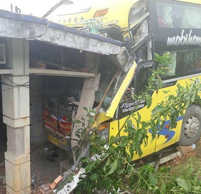 Ôtô khách tông sập một phần mái hiên nhà người dân ven quốc lộ 1. Ảnh: Đ.H.