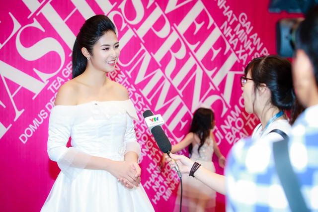 Sự xuất hiện của Ngọc Hân nhận được nhiều sự quan tâm của giới truyền thông. Tại sự kiện, cô giới thiệu bộ sưu tập xuân hè Tình yêu đầu tiên. Đây là năm thứ sáu, người đẹp tham gia Tuần lễ Thời trang Việt Nam ở vai trò nhà thiết kế.