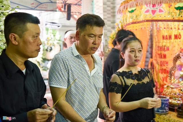 Diễn viên hài Hữu Nghĩa có thời gian dài diễn kịch và tấu hài chung với Khánh Nam cũng tới lễ tang chia buồn cùng gia đình.