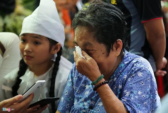 Bà bật khóc khi con trai qua đời sớm. Ảnh: Bá Ngọc.