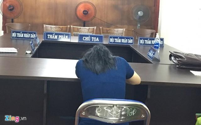 Khoảnh khắc Loan một mình tại phòng xử, chờ nghe tuyên án. Ảnh: Hoài Thanh.