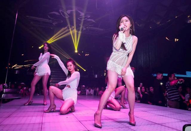 Hình ảnh Hương Tràm trong đêm diễn tại quán bar ở Đà Nẵng.