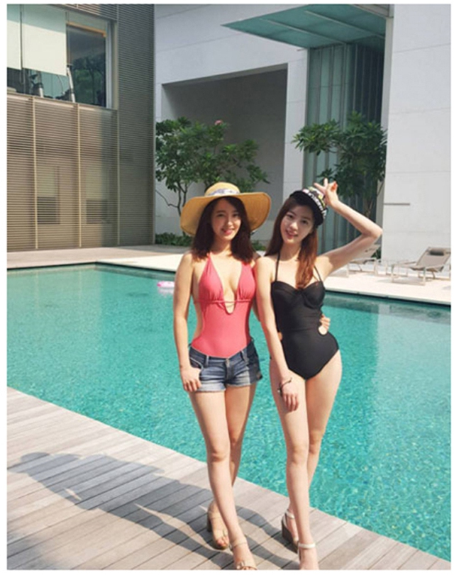 Hai cô nàng có gương mặt xinh đẹp như nhau và thân hình thon thả, quyến rũ.